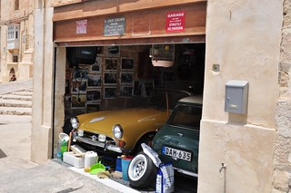 Qué ver en La Valeta: Garage con coches clásicos y fotografías antiguas