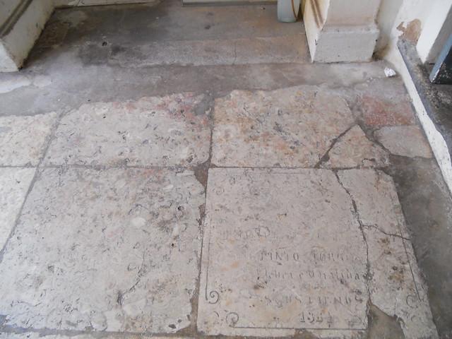 Túmulos não preservados e depredados por quem deveria cuidar deles, Igreja de São Francisco, Salvador (BA)