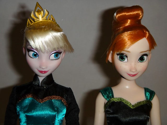 Frozen Deluxe Fashion Doll Set - US Disney Store Purchase - First Look - Elsa (Without Cape) and Anna Deboxed - Standing - Portrait Front View