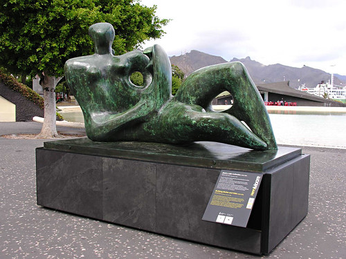 Henry Moore, Reclining Mother with Child