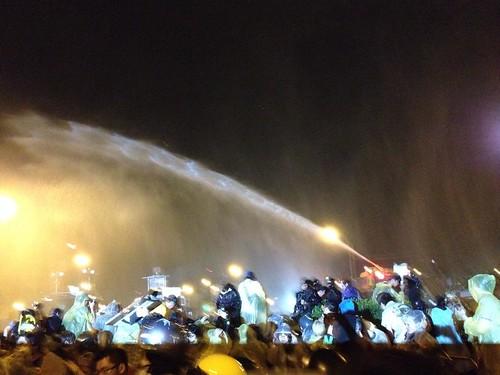 28日凌晨到早晨,警方一共噴水47次。江佩津攝。