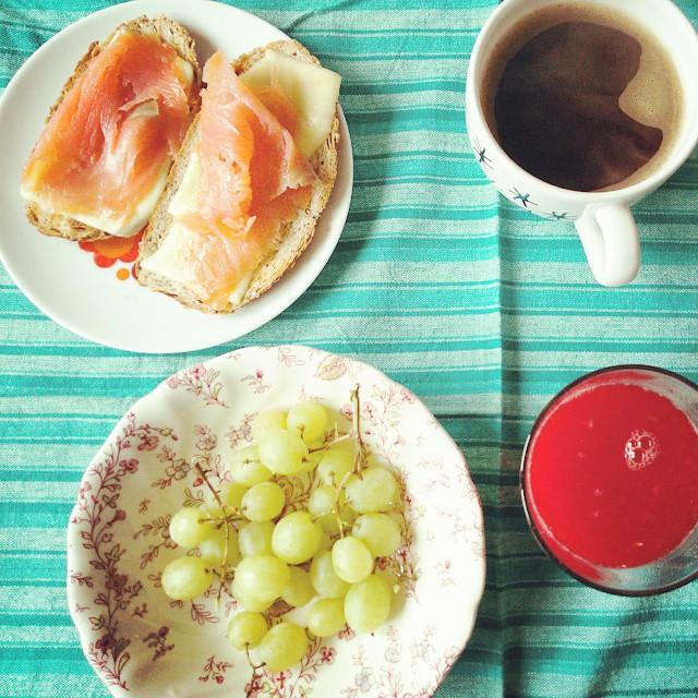 Hola! #petitdejeuner #orangesanguines #salmónfume #uvas #raisins BUEN VIERNES!!