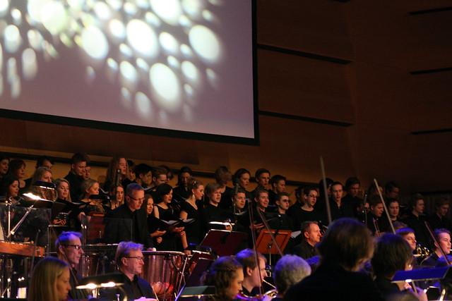 De Geerskolans kör i kantat ur Carmina Burana.