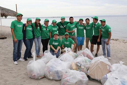 Limpieza de playa_ Mes Mundial de Servicio Comunitario