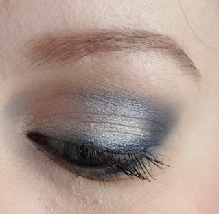 Vous reprendrez bien un peu de bleu: oeil gauche fermé