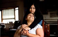 马尤里·斯里达尔和她的妈妈。斯里达尔是长岛国王公园高中的高三学生。她研究的是蛋白质在肿瘤抑制方面的作用,通过计算机建模技术或许能更好地对癌症进行诊断。
