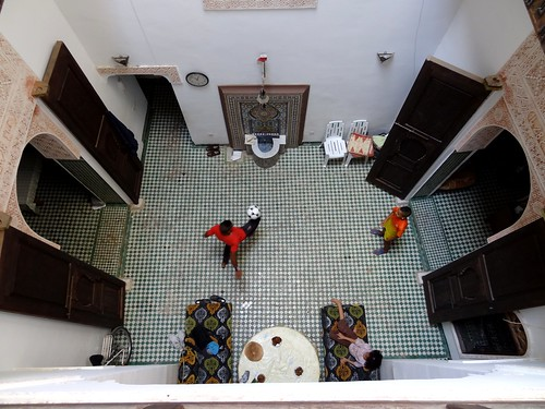 اقام ضيف عند عائلة مغربية في مدينة القديمة بفاس : كرة القدم في داخل البيت