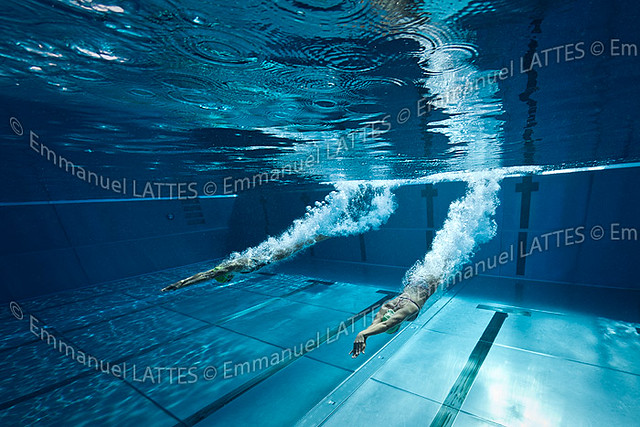D part plong de deux nageuses dans une piscine olympique for Piscine olympique