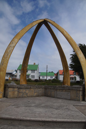 371 Monument bij kerk