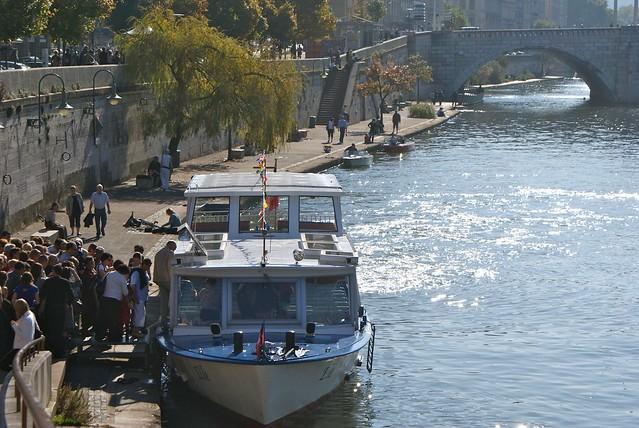 navette fluviale/bateau mouche sur le quai Saint Vincent à Lyon