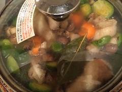 根菜は水、ブイヨン、固形スープ、ローリエを加え、下ゆでします