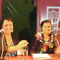Sonriente presentando a la gran poeta Graciela Huinao en la Feria del Libro y la Lectura :thumbsup::thumbsup::smile:
