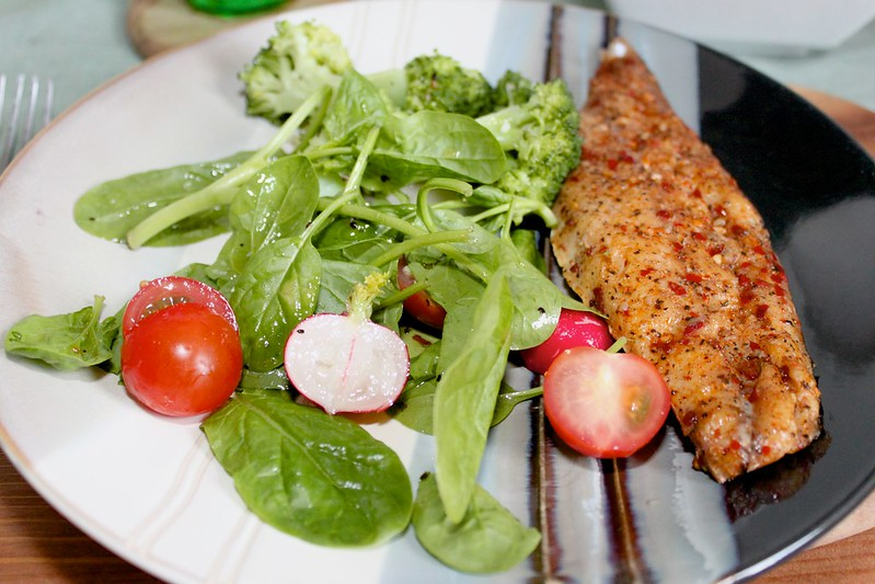 Mackerel with Spinach Salad and Broccoli