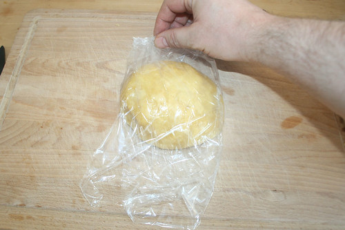 19 - In Folie verpacken / Wrap dough