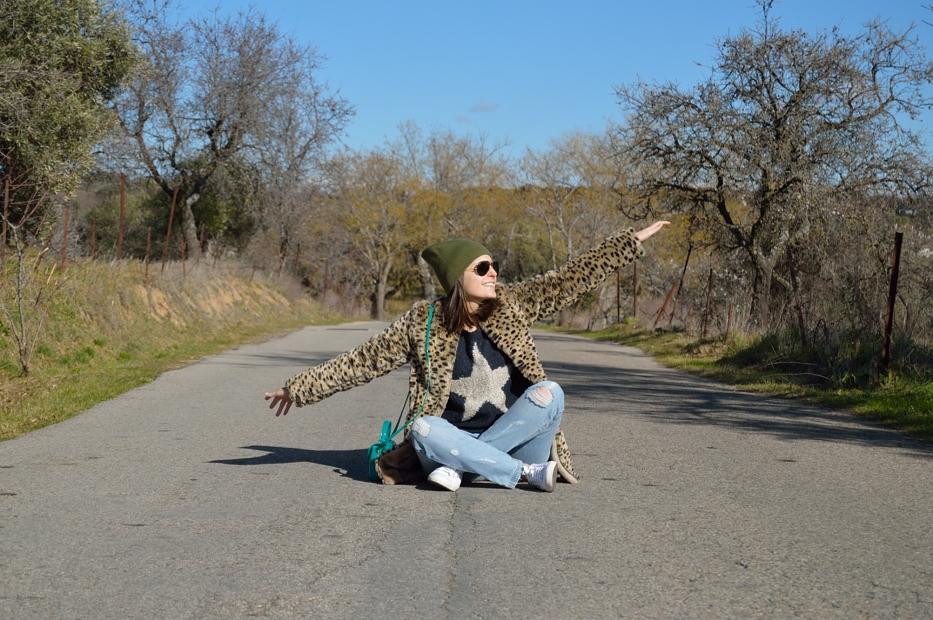 lara-vazquez-mad-lula-style-streetstyle-look-faux-fur-coat-happy-moments