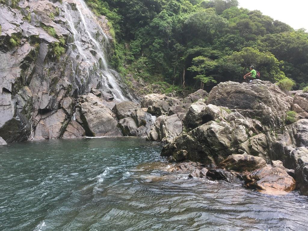 人類が滝に近づくための岩場
