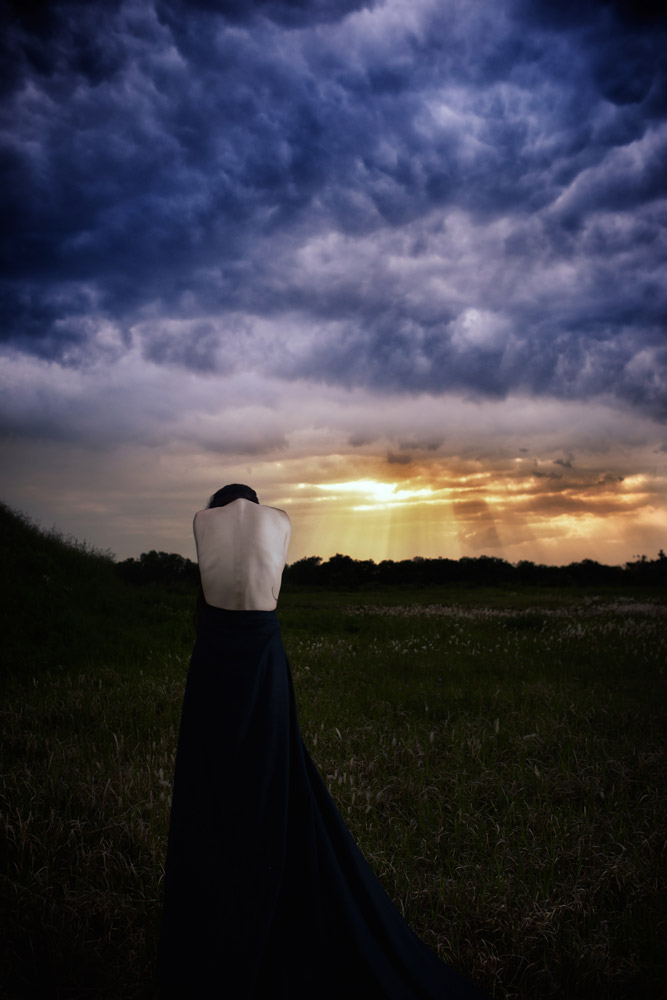 Gestalta photographed by Akiomi Kuroda. An Abstract figure in front of an alien sky