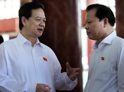 Thủ tướng Nguyễn Tấn Dũng và Phó thủ tướng Vũ Văn Ninh trao đổi bên hành lang Quốc hội.