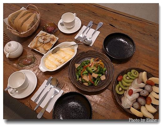 早餐:麵包、煎洋芋、起士蛋捲、香料蔬菜、水果盤,好好吃!
