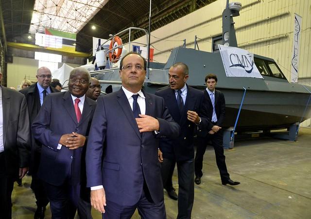 François Hollande aux CMN de Cherbourg en compagnie d'Armando Guebuza, président du Mozambique (à gauche de la photo) et Iskandar Safa, président des CMN (à droite de la photo)