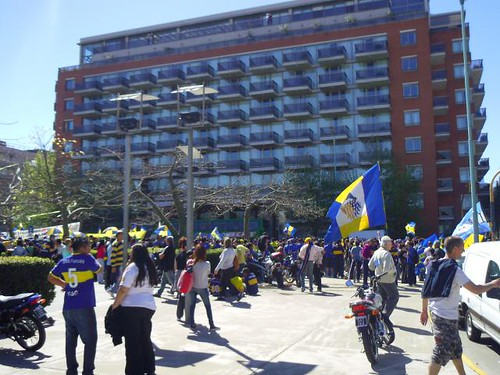"""вболівальники Boca Juniors перед грою """"Boca - River Plate"""" навпроти готелю, де зупинилися їхні футболісти"""