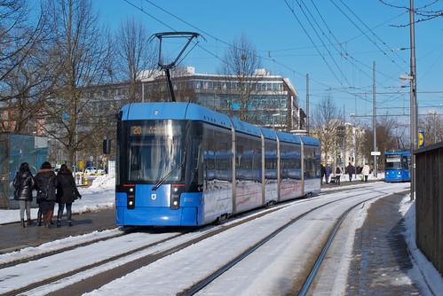2302 an der Haltestelle Hanauer Straße im Licht der Januarsonne