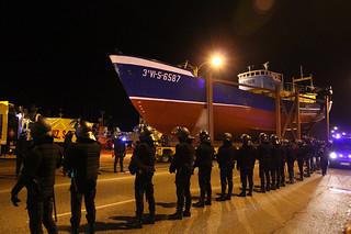 """El pesquero """"Bernardo Alfageme"""" saliendo de la Zona Portuaria, con un fuerte dispositivo policial"""