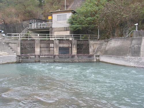 荖濃溪變水圳。荖濃溪水緩緩流著,這裡是溪水變成圳水的交界地帶。圖片提供:李慧宜