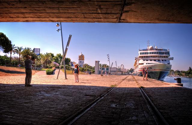 Braemar atracado en el puerto de Sevilla.