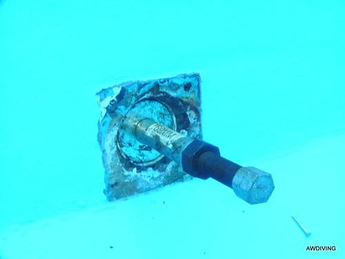 plaatsen van plug in zwembadrooster door duikbedrijf awdiving