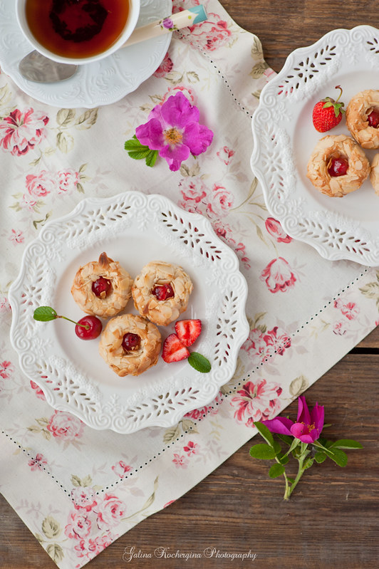 Almonds cookies with cherryAlmonds cookies with cherry