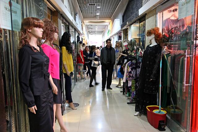 Shopping mall in Urumqi ウルムチ、ファッションビルの通路