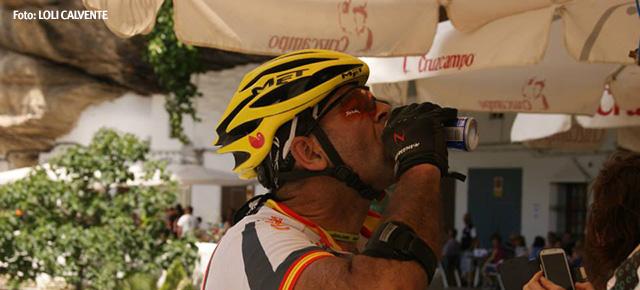 Un ciclista se refresca en Setenil, en las Cuevas del Sol. Setenil es el principal avituallamiento de la carrera de los 101. Foto: LOLI CALVENTE