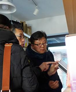 顧客在能源超市選購中;攝影:陳文姿。