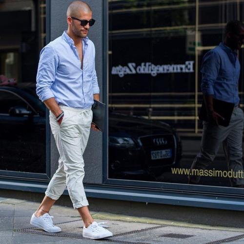 青シャツ×白パンツ×白ローカットスニーカー