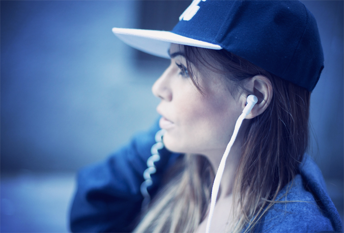 street style barbara crespo music in my sweatshirt headphones fashion blogger outfit
