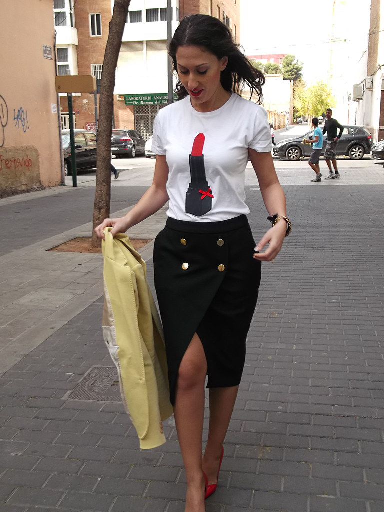 Lady, camiseta, Little Id, pintalabios rojo, falda negra navy, botones dorados, stilettos rojos, blazer amarillo pastel, lady, shirt, Little ID, red lipstick, black navy skirt, golden buttons, red stilettos, pastel yellow blazer, Zara, Massimo Dutti, Prada, Carolina Herrera