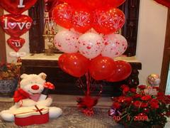 الدباديب والبالونات الحمراء من مظاهر عيد الحب