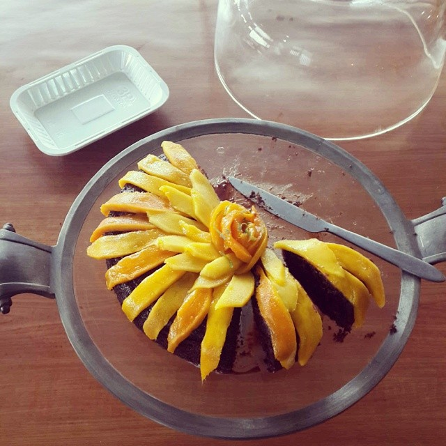 Devoured. In minutes. Talk about hits.  #Chocolate #Daim #cake with glazed #Mango slices.  Cake recipe on the kitchenbutterfly.com blog https://www.kitchenbutterfly.com/2012/02/17/chocolate-dump-it-all-cake-a-la-hesser/  #feelinggood #cake.... as a unifyin