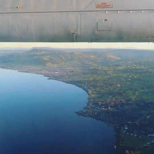 飛行機の窓から撮影した、ロトルア湖。ニュージーランドで二番目に大きな湖。硫黄のにおいが、飛行機の中からも感じられた。 #airnzjp #link_nz