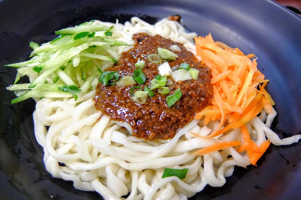 老北京炸醬麵,上頭有炸醬,黃瓜,紅蘿蔔絲