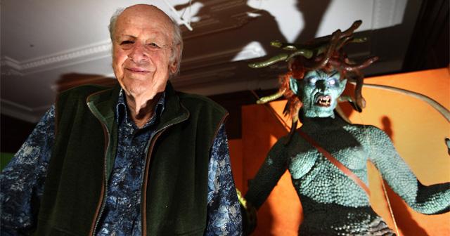 Ray Harryhausen ao lado de um das suas célebres criações