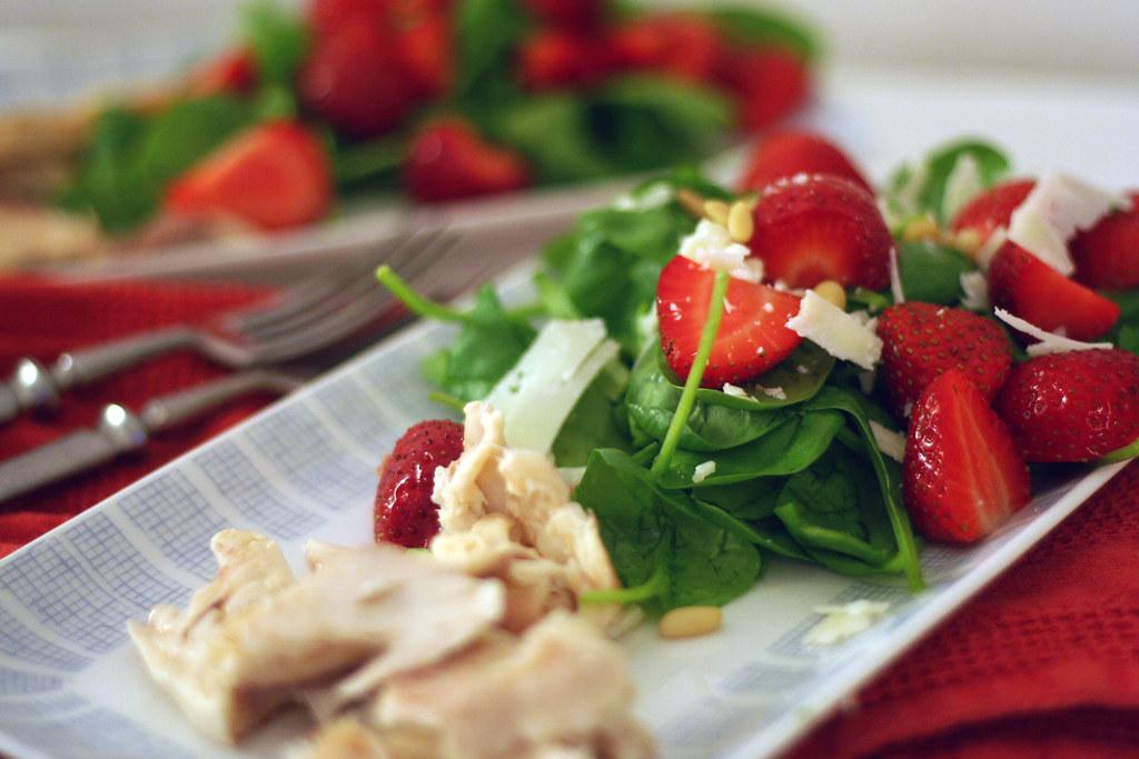 junger spinat mit erdbeeren & geräucherter forelle