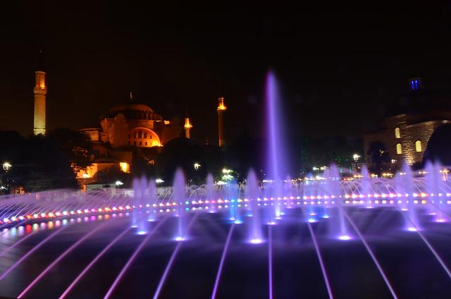 Santa Sophia en la noche a la luz de la fuente
