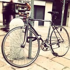 Bici con ciclista che passa sullo sfondo