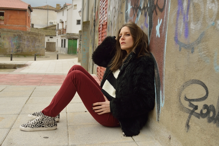 lara-vazquez-madlula-blog-style-chic-burgundy-black-outfit-casual-chic-winter