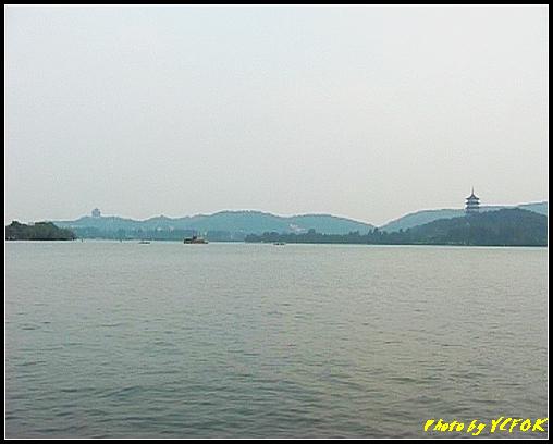 杭州 西湖 (其他景點) - 290 (在西湖十景之 蘇堤 看西裡湖及西湖十景之 雷風塔與左面的吳山天風上的城隍閣)
