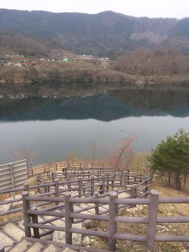 龍姫湖のむこうに温井スプリングスが見える
