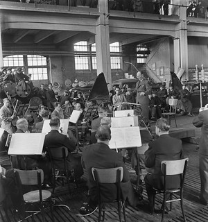 Conductor Toivo Haapanen leads the Finnish Radio Symphony Orchestra in concert at the Hietalahti shipyard in Helsinki, 24.5.1945.