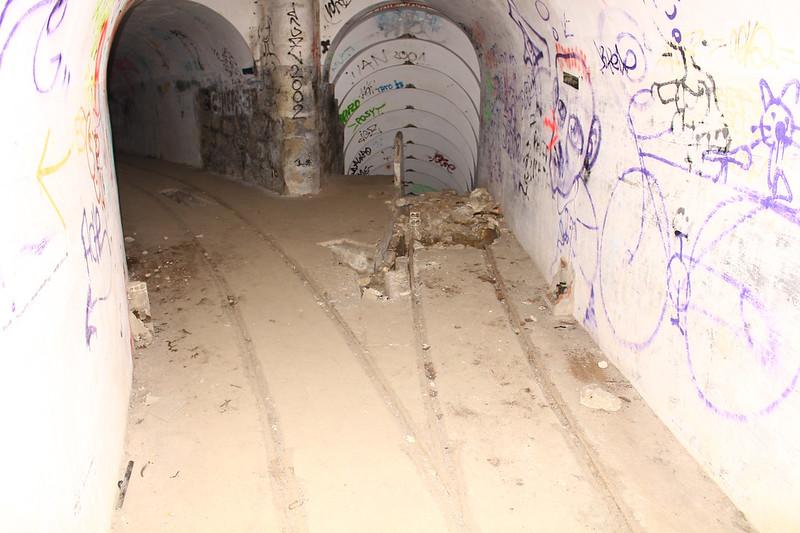 100 Túnel de acceso a la pieza 3 (izquierda) y escalera de bajada a la pieza 4 (derecha)